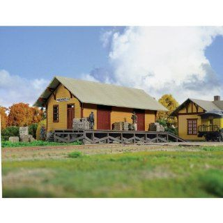 "Walthers Cornerstone Series&#174 HO Scale Golden Valley Freight House Kit 8 3/8 x 3 3/8 x 3 1/4"" 20.9 x 8.4 x 8.1cm Toys & Games"