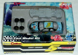 NASCAR   Terry Labonte DIE CAST MODEL KIT (164 Scale) #5 (Finding Nemo, Kellogg's) Car   2003  Other Products