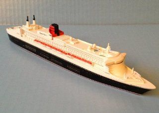 QUEEN MARY 2 Cunard Line cruise ship model in scale 11250, Souvenir Series Toys & Games